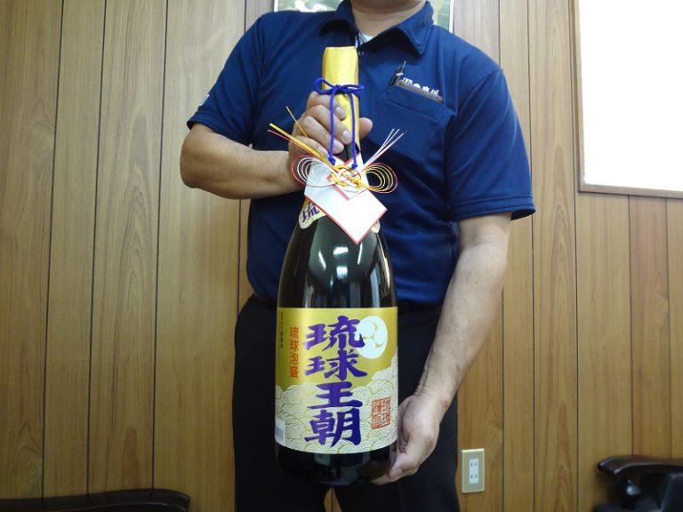 益々繁盛瓶、仲松さん持つ